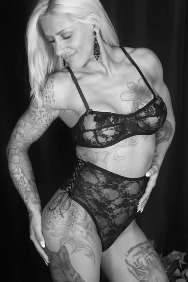 Riley ➨ HOT and SEXY ✓ Strip mit Dildo ✓ Tattoo Stripgirl aus Berlin ✓ sportlich und muskulös ✓